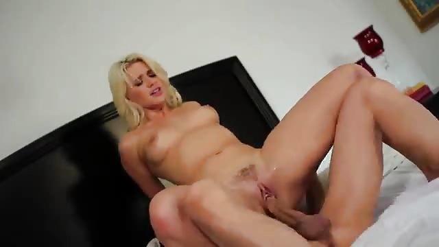 Brünette Und Blondine Bei Lesbischem Sex