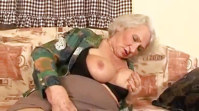 Geile Großmutter Hilft Einem Kerl Beim Masturbieren