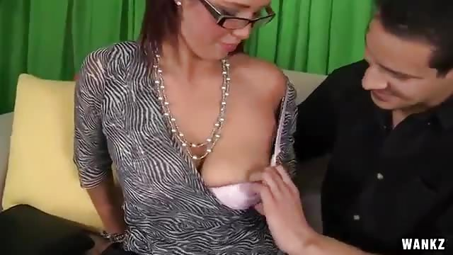 Seks op de bank met een geweldige brunette